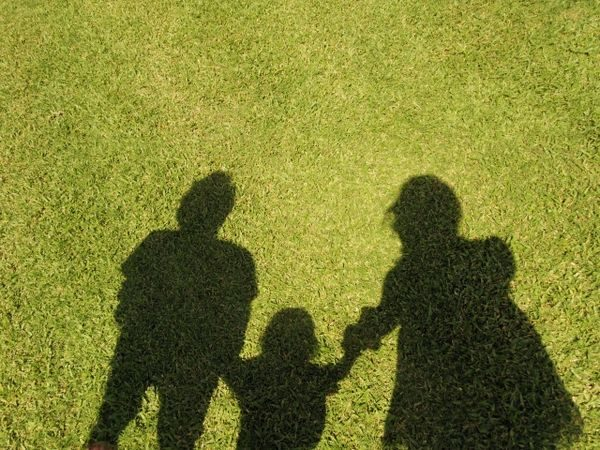 外出する親と子供