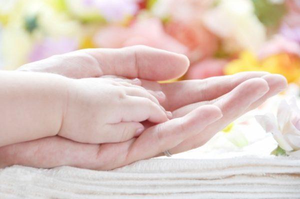 母親と子供の手