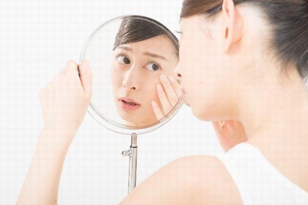 顔の腫れやかゆみを気にする女性