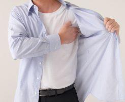 脇汗の黄ばみを気にする男性