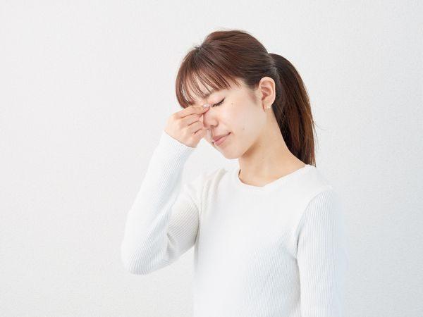 アレルギー性結膜炎で悩む女性