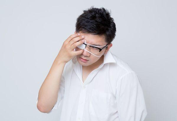 はやり目で眼帯をつける男性