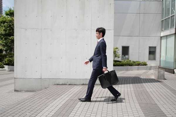 会社に出勤する男性