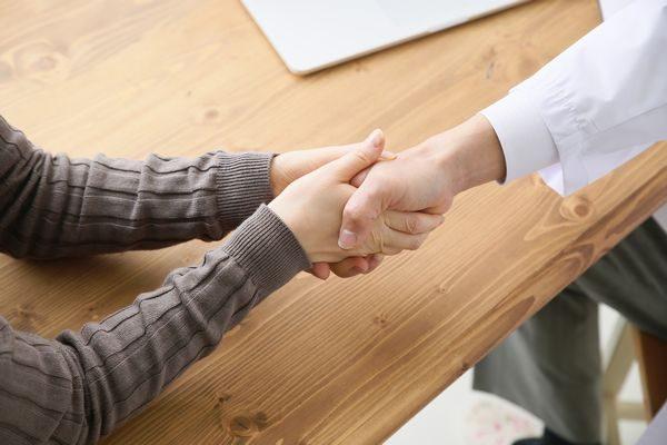 はやり目が完治して医者と握手