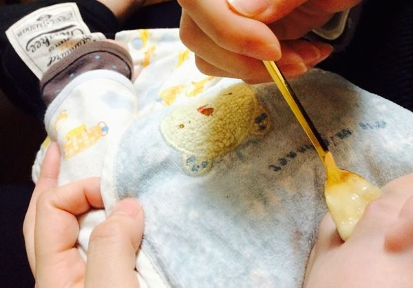 離乳食を食べる乳児
