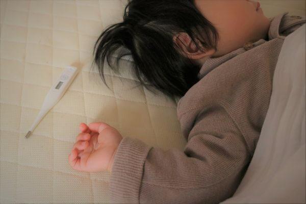 突発性発疹で寝込む子供