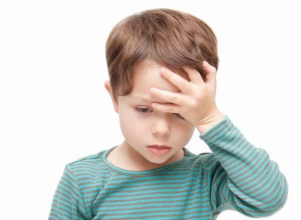 頭痛でうなだれる幼児