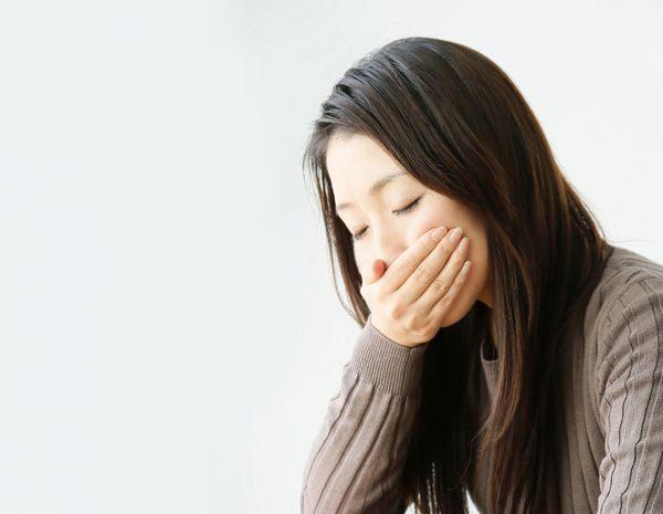 ヘルパンギーナの症状で喉が痛い大人
