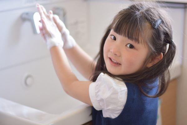 手洗いをする子供
