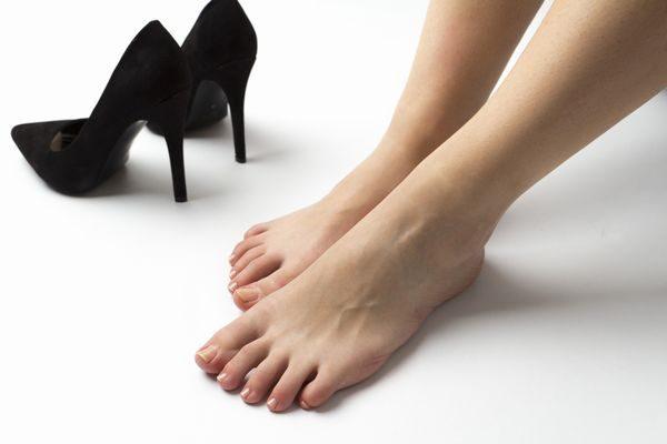 足の臭いが水虫の症状かと気にする女性