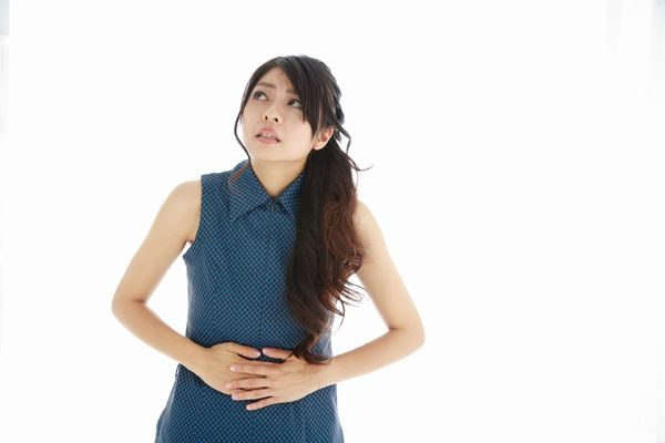 なかなか治らない下痢と腹痛に悩む女性
