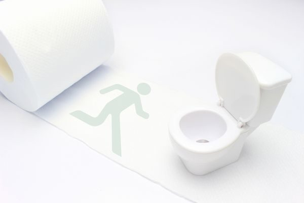 下痢でトイレに駆け込むイメージ