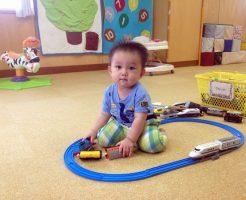 保育園で遊ぶ赤ちゃん