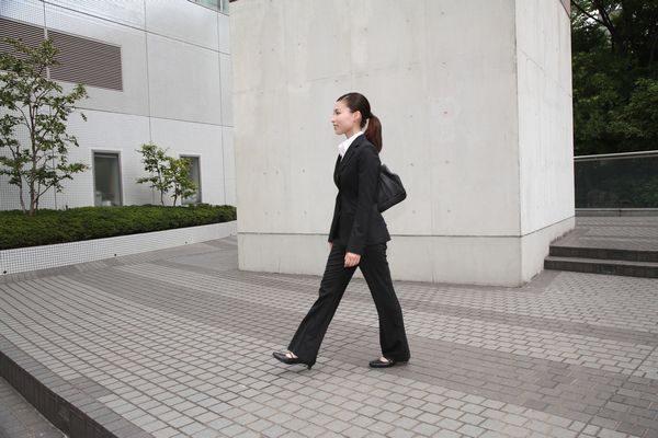 仕事に出勤する大人の女性