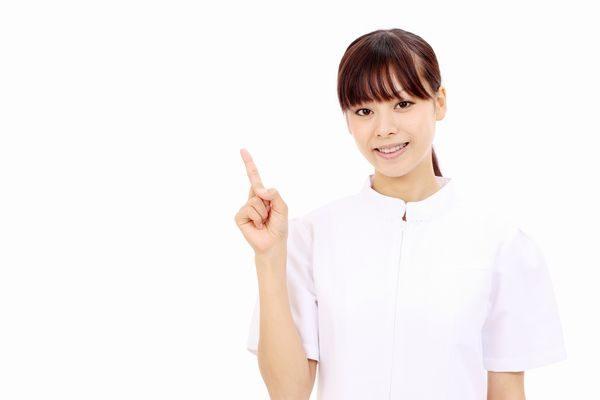 手足口病がうつる期間を説明する看護師