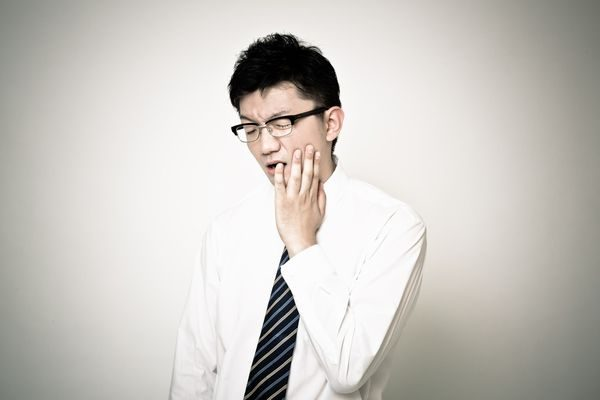 手足口病で口の中が痛い男性