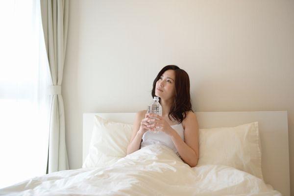 いつまで熱中症の症状が続くのかと悩む女性