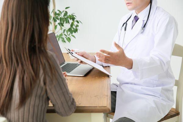 治し方を説明する医師