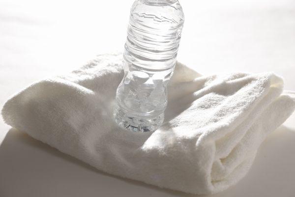 応急処置用の水とタオル
