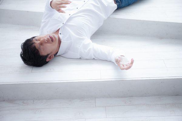 熱中症で倒れる大人の男性