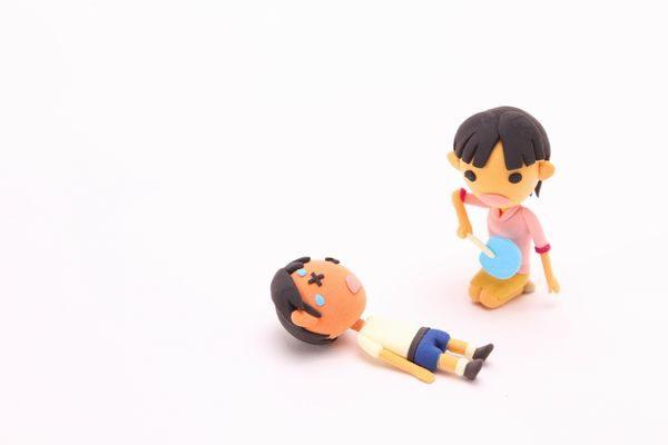 熱中症になった子供を応急処置する親