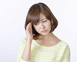 熱中症による頭痛に悩む女性