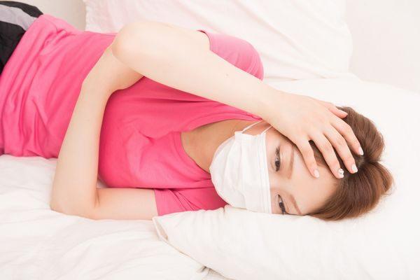 手足口病で寝込む大人の女性