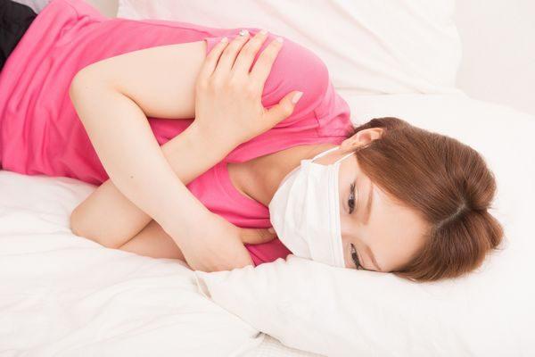 夏風邪で寒気が治まらない大人の女性