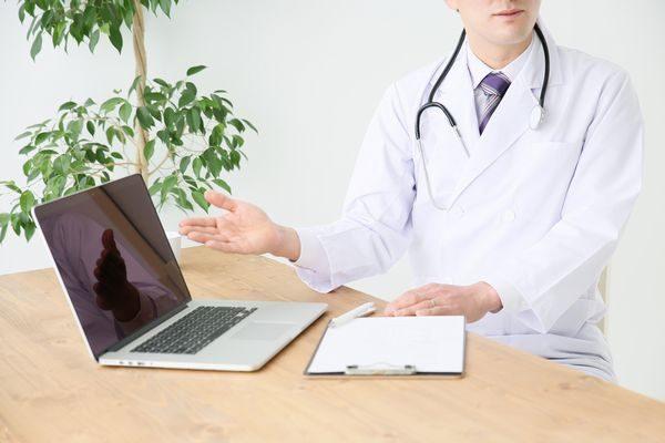 手足口病について説明する医師