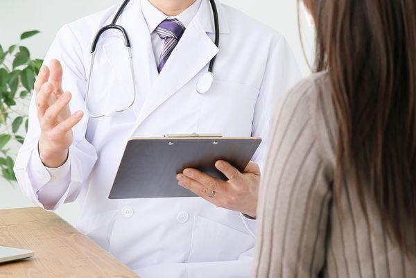 病気の説明をする医師