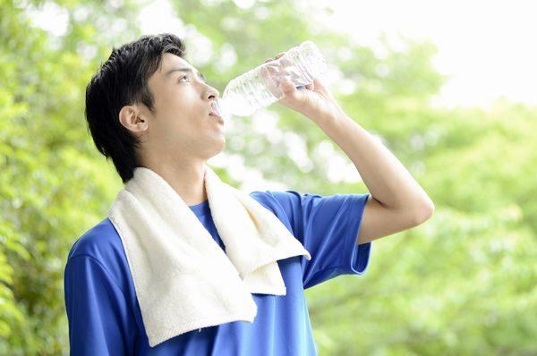 水分補給をする大人