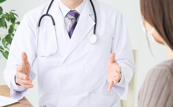 治療法や対処法を説明する医師