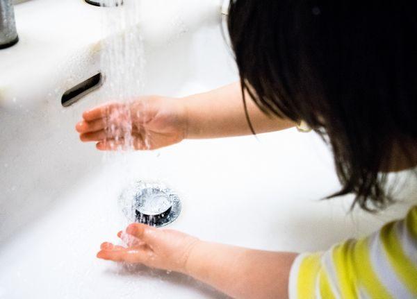 夏風邪予防で手洗いをする子供