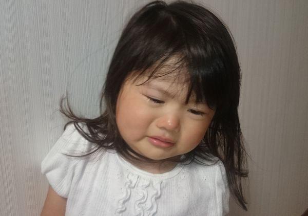 手足口病の症状で泣く子供