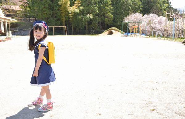 保育園に登園してきた女の子