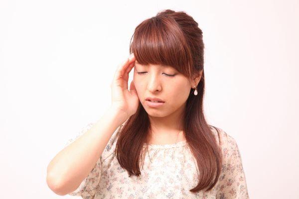 頭痛が続いてうんざりする女性