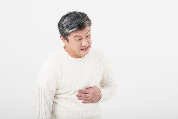 胃が痛い大人の男性