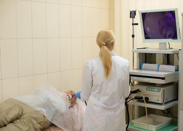 胃カメラをする男性と医者
