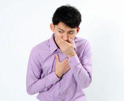 胃痛と吐き気に悩む男性
