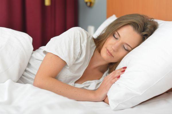 体を休める大人の女性