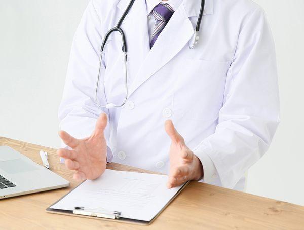咳喘息の症状を説明する医師