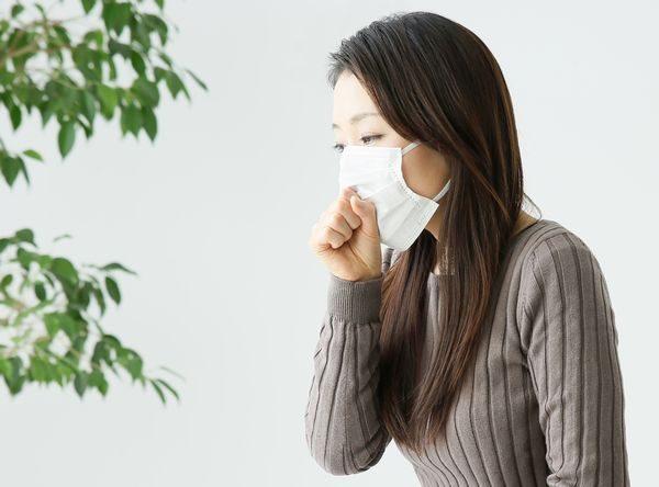 咳喘息の症状に悩む女性