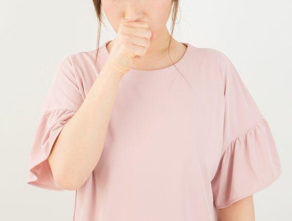 咳喘息の治し方に悩む女性