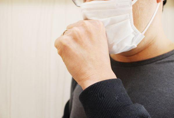 咳が続く大人の男性