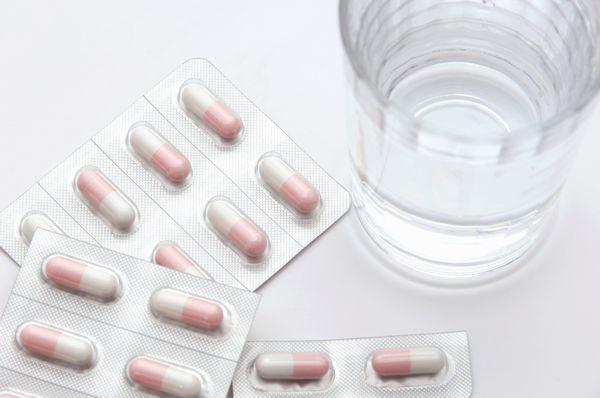 市販薬と水