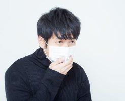 咳喘息で咳が続く男性