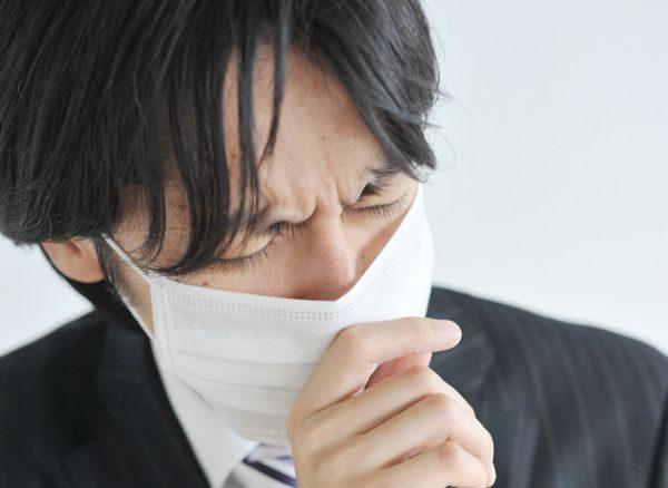 痰がらみの咳が続く男性