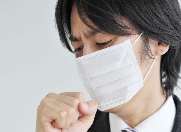 熱はないのに咳だけが止まらない男性