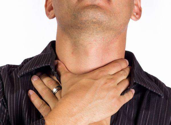 喉の痛みが辛い男性