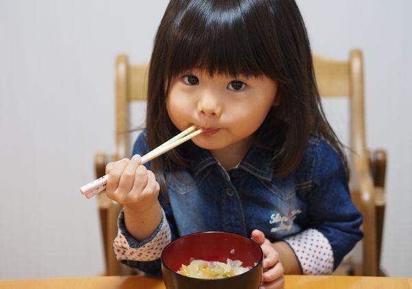 食事を食べる子供